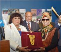 صور| وزيرة الثقافة تكرم أم كلثوم نجيب محفوظ بحضور سفراء العالم