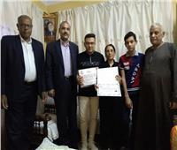 الإدارة التعليمية بنجع حمادي تكرم طالب حصل 100% في الثانوية العامة بمنزله