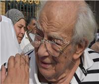 صور| انهيار رشوان توفيق أثناء تشييع جنازة زوجته