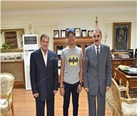 محافظ أسيوط يستقبل محمد طارق لاختياره في مخيم كشفي عالمي بأمريكا