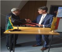 محافظ المنيا وعمدة هيلدسهايم الألمانية يوقعان اتفاقية تعاون مشترك
