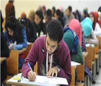 طلاب الصف الأول الثانوي يؤدون امتحان اللغة العربية بعد قليل