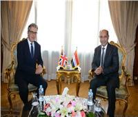 سفير بريطانيا يعتذر لوزير الطيران: تعليق الرحلات لا يتعلق بالتدابير الأمنية