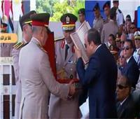 مدير الكلية الحربية يهدي «المصحف الشريف» للرئيس السيسي