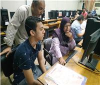ما بين الدعاء والأمل .. أولياء الأمور يدعمون أبنائهم خلال تسجيل الرغبات بجامعة القاهرة