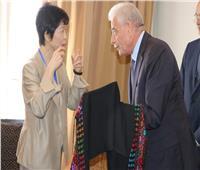 محافظ جنوب سيناء يهدي نائب وزير الاتصالات الياباني «الشال البدوي»