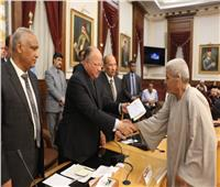 محافظ القاهرة يوزع التأشيرات على حجاج الجمعيات الأهلية