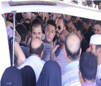 فيديو | أحمد الفيشاوي ينفعل على الصحفيين فى جنازة والده