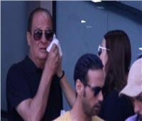 فيديو| هنادي مهنى تمسح دموع أبيها في جنازةفاروق الفيشاوي