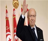 شاهد| تجمع التونسيين أمام المستشفى العسكري استعدادا لخروج جثمان السبسي