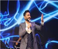 صور| تامر حسني يُشعل حفل إحدى الشركات تحت شعار «كامل العدد»