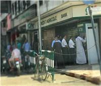 صور  قبل أجازة العيد .. طوابير وزحام على ماكينات الصراف الآلي وفروع البنوك