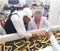 صور| رئيس بعثة الحج يحيك كسوة الكعبة ويلتقي الحجاج المصريين