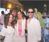"""بالصور   أحمد حلمي بنظارة شمسية """"ليلًا"""" ومنى زكي بـ""""الأبيض"""" في حفل جينيفير لوبيز"""