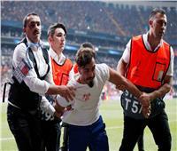 صور| مشجع يقتحم مباراة ليفربول وتشيلسي والأمن يتدخل