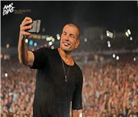 عمرو دياب ينشر صورا جديدة من حفله بالعلمين الجديدة