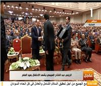 فيديو| وزير التعليم العالي يهدي الرئيس السيسي درع العلم