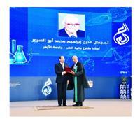 رئيس جامعة الأزهر يهنئ «أبو السرور» بتكريمه في «عيد العلم»