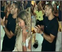 فيديو| «الهضبة مولعها».. عمرو دياب ودينا الشربيني يرقصان على «يوم تلات»