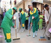 صور| محافظ البحر الأحمر يرتدى زى عمال النظافة ويشاركهم تجميل منطقة الملاحة