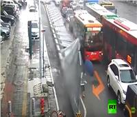 شاهد  نجاة 4 أشخاص من الموت إثر سقوط جدار ضخم في الصين