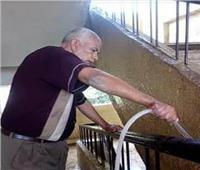معلم أجيال.. «عبد الهادي مدبولي» يُنظف مدرسته استعدادًا للدراسة