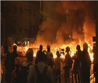 محتجون في هونج كونج يشعلون النار قرب مركز شرطة