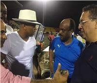 الحاج ضيوف يصافح إسماعيل يوسف وأحمد جلال بعد نهاية مباراة الزمالك