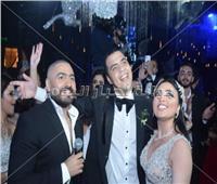 صور| تامر حسني والآ كوشنير يحيان زفاف «عمرو ونورهان»