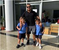رامي صبري ينشر صورة مع ابنيه: «البرنس عمر وعلي»