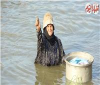 فيديو وصور| «صيادات الفجر».. أياد ناعمة تتحدى «السمك» من أجل لقمة عيش