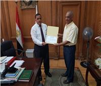 رئيس السكة الحديد يكرم أحد العاملين بالهيئة ويمنحه شهادة تقدير