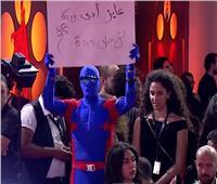 رجل «ملثم» يثير دهشة الحضور في مهرجان الجونة السينمائي