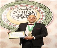 جامعة الدول العربية تكرم الدكتور عبد الله الباطش بوسام الشاب النموذج