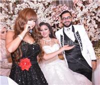 صور| عصام كاريكا ونجوان يحييان زفاف ابنة حنان نصر