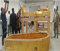 صور| وزير الآثار يتفقد أعمال تعقيم وترميم تابوت الملك توت عنخ آمون
