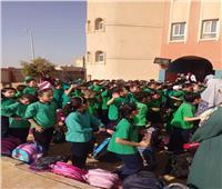 بدء توافد الطلاب على المدارس في اليوم الأول للعام الدراسي الجديد
