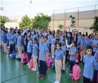انتظام الطلاب في أول أيام الدراسة ببورسعيد.. ولقطات إنسانية من رجال «المرور»