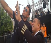 محمد نور ومحمود الليثي يلتقطون صورا تذكارية في مليونية دعم الرئيس