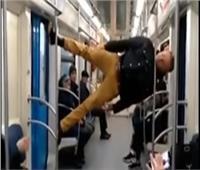 شاهد| عروض «بهلوانية» في مترو أنفاق موسكو