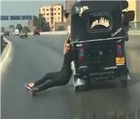 فيديو| سائق «توك توك» متهور يخاطر بحياته على «الدائري»