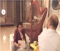 """جديد.. محمد منير يغني """"شئ من بعيد"""" بكلمات جديدة"""