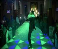 «شيل» العريس لعروسته.. يبدأ بالرومانسية وينتهي بالسخرية