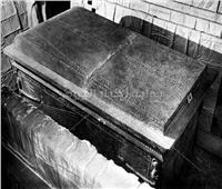 الآثار: إعادة تركيب غطاء التابوت «الكوارتيزيت» بمقبرة الملك توت عنخ أمون