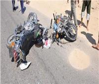 مصرع شاب وإصابة 2 آخرين في تصادم دراجتين بخاريتين بقنا