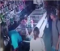 صدق أو لا تصدق .. لص يقبّل رأس عجوز أثناء السرقة| فيديو