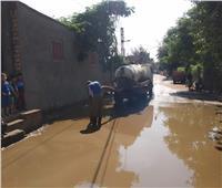 صور.. سيارات لشفط المياه من شوارع كفر شكر بالقليوبية