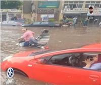 فيديو| صاحب «كوميكس التدخين» وسط الأمطار: «الشوارع كانت غرقانة.. هنعمل ايه»