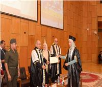 رئيس جامعة أسيوط وقائد المنطقة الجنوبية يتبادلان الدروع التذكارية