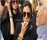 فيديو وصور| ناهد السباعي تنهار في جنازة هيثم أحمد زكي